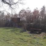 De verscholen speelhut, rechts achter het terrein.