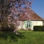 Vue latérale de la maison d`amis au printemps.