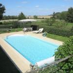 La piscine chauffée (12x4,5m), entièrement entourée d`une haie.