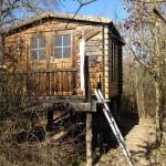 À la frontière de la propriété est située une cabane (env. 10 m2), construite sur pilotis. Idéal pour les enfants!