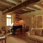 Family room (approx. 39 m2) of the guesthouse with impressive oak beams and stylish doors to the entry hall.