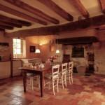 La cuisine vue d`un autre angle. La cheminée et le four à pain sont authentiques, mais transformés en insert.