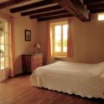 Les portes de la chambre (env.22 m2) donnent sur la terrasse. Parquet en vieux chêne.