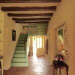 Entrée avec hall et escalier. A droite la porte du séjour, à gauche celle qui mène aux toilettes et salle de bain.